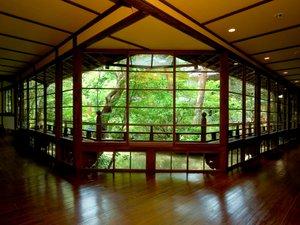 【館内廊下】大きな窓から望む修善寺の自然。昼は暖かい日差し、夜は美しいライトアップを…