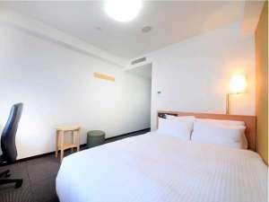 ◆スタンダードダブル◆ 広々18㎡、140cmダブルベッド。全室32型液晶テレビ採用