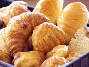 朝食は「秋のパン&スープ祭り」ロールパン、ライ麦パン、シューケットなど10種類以上ご用意しています。