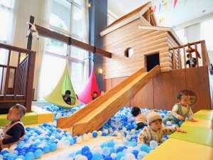LB階「アソビバ」は滑り台やボールプールなど遊具施設もご用意しています。