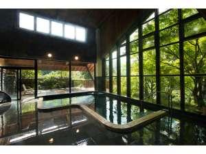 自然の陽光が溢れる開放的な大浴場。高天井にガラス張りの窓を大きくとった大浴場には、自然光がたっぷり。