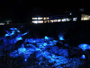 大きな岩をブルーライトで照らします。2018年1月2日~2月28まで。中津渓谷仁淀ブルーフェスタ