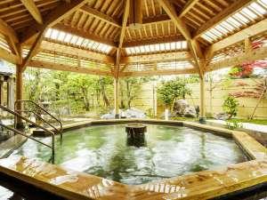H26年完成の露天風呂【月美の湯】エメラルドグリーンの温泉で満たされている。