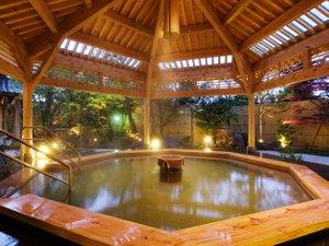 H26年完成の露天風呂【月美の湯】夕暮れ時は、しっとりした雰囲気になる。