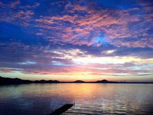 湖畔の立地ならではの絶景をお楽しみ頂けます。写真は本館正面に臨む朝焼けです。