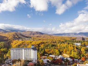 紅葉に色付いた山々を望む