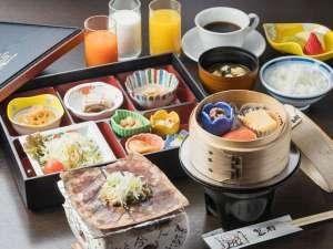 (朝食)飛騨の名物「朴葉味噌」が付いた和定食です。