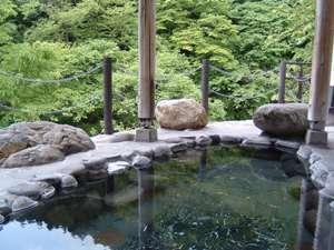 渓谷を望む露天風呂/源泉かけ流しの天然温泉を自然の中で堪能