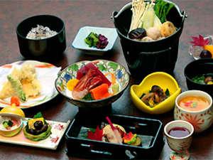 夕食一例/料理長が一品一品手をかけた約12品の和食膳。上品でヘルシーなメニューです。