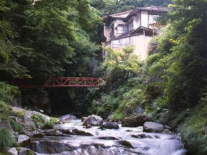 *渓流と森に囲まれた四万最奥の秘境宿。