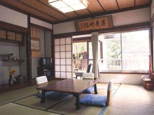 *【薬師堂側】和室6畳一例。窓の外には四万の森が広がります。