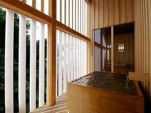 檜つくりの半露天風呂。
