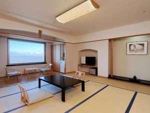 日本海一望 相川湾を見下ろすロケ-ションには金山のシンボル『道遊の割戸』もご覧いただけます。