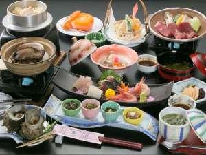 ▲佐渡は魚介の宝庫!海の幸を楽しめる和食膳(夕食一例)