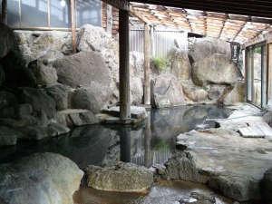 ★【大浴場(男湯)】静かな深山にある「薬草の森」に自然湧出する温泉
