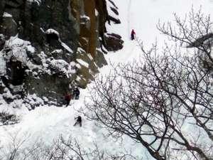 凍った滝を登るアイスクライミング