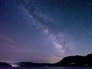 【星空と十和田湖】当館から見上げることが出来る星空。湖畔から見上げる満天の星は、この上ない贅沢