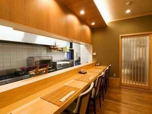 割烹のようなオープンキッチンカウンター。新鮮な素材を目でもお楽しみください(要予約)