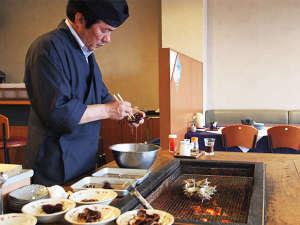 【夕食】当館名物『磯あそび懐石』では、料理人が目の前で活きた食材を仕上げ提供いたします