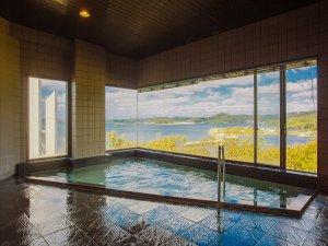 【温泉】あまり大きさはありませんが、最上階に位置する展望風呂からは海を一望でき夕陽の美しさは格別です