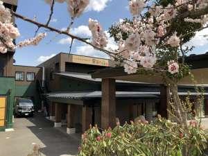 外観 季節の花々と共にお客様のお越しをお待ちしております。