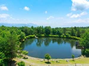 大きな青空の下に佇む清里高原ホテル。当館自慢の中庭にある「からまつ湖」は自由に散策できます。