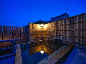 当館最上階に位置する檜の露天風呂「浮雲-うきぐも-」雄大な上州連山を一望!当館の名所です。