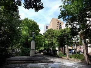 駅前にして緑豊かな環境。ホテルを1歩出ると西川緑道公園。飲食店も多数。