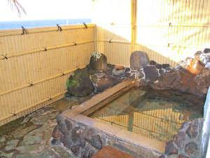 *【男湯】湯船の肩越しに三河湾を望める展望露天風呂が自慢です。