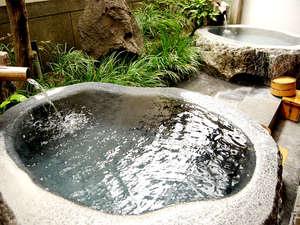大きな御影石をくり抜いて造られた露天風呂。かけ流しの日田温泉の湯をお楽しみください。