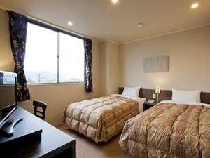 落ち着いた雰囲気のツインルームで、ゆっくりとお過ごし下さいませ。加湿空気清浄機も完備!