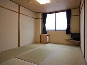 お布団は敷いた状態でお迎えいたします。畳のお部屋で、お寛ぎ下さいませ。加湿空気清浄機も完備!