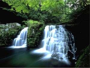 荷担滝は赤目四十八滝のクライマックス近く。是非とも足を運んでください