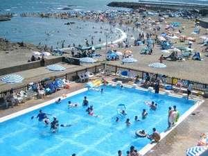 夏期間シーサイドプールと海水浴が楽しめます。