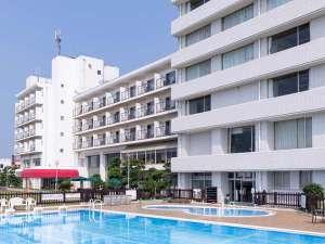 屋外プールから望むホテル外観