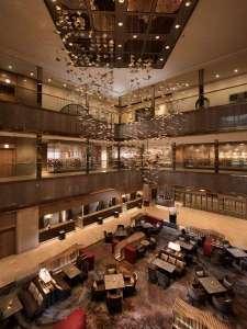 【ロビー】3階まで吹き抜けの開放感あふれるホテルロビー