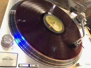 ロビーにはtechnics社製の高音質レコードプレイヤー。リクエストもOKです♪