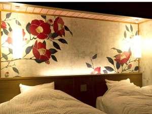 部屋ごとにデザインが違う和洋室ベッドヘッド。和の意匠と、洋の快適さをお楽しみください。