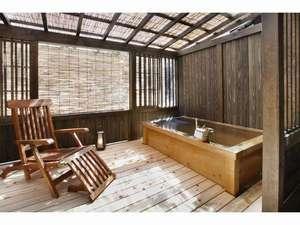 離れ客室「河鹿亭」にある広々したテラス付きの露天風呂