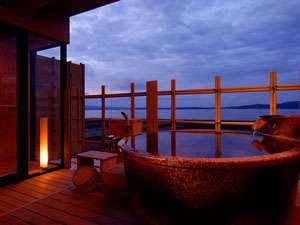 日没前の美しい七尾湾の景色を温泉に浸かりながら・・・