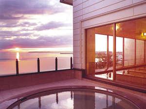 2F北欧風大浴場/眺望自慢の2階大浴場の露天風呂。夕刻には美しい夕景色が広がります。