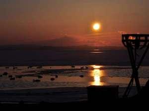 サロマ湖の夕日(冬)/白鳥が訪れるサロマ湖。冬の凛とした空気が、夕日の美しさを際立たせます