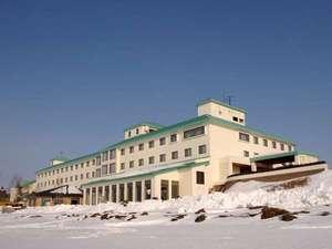 ◆外観(冬)/サロマ湖畔に佇むリゾートホテル!ホテル目の前には、サロマ湖の雄大な自然が広がります