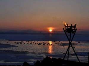 サロマ湖の夕日(冬)/夕日の名所サロマ湖。夕景の素晴らしさが胸を打ち、何もしない贅沢な時間を過ごす。