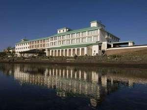 ◆外観(春~秋)/サロマ湖畔に佇むリゾートホテル!ホテル目の前には、サロマ湖の雄大な自然が広がります