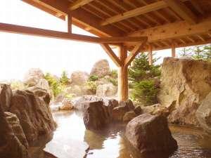 【1F和風大浴場】700tもの岩石を組み上げた野趣あふれる庭園の露天風呂!