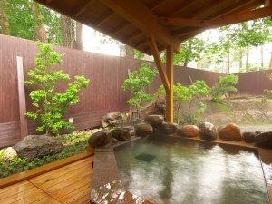 新緑を眺めながらの露天風呂。(男湯)草津温泉万代鉱源泉(酸性ー塩化物・硫酸塩温泉)