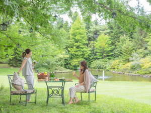 ピクニックスタイルで、春の景色と料理をゆったりたのしむ