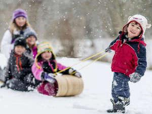 山頂の御在所スキー場ではお子様のソリ遊びが楽しめる♪初級者や上級者向けコースもあります