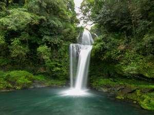 徒歩3分のところに観光スポットの「慈恩の滝」がございます